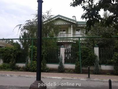 А вот такого типа были дома у казаков,с балконами.Это современный,там люди живут,но по станице много такого типажа. - Фото-0062.jpg