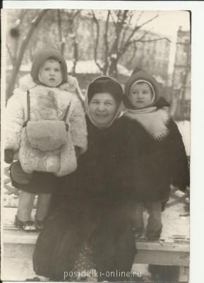 прабабушка с мамой и дядей - прабабушка.jpg